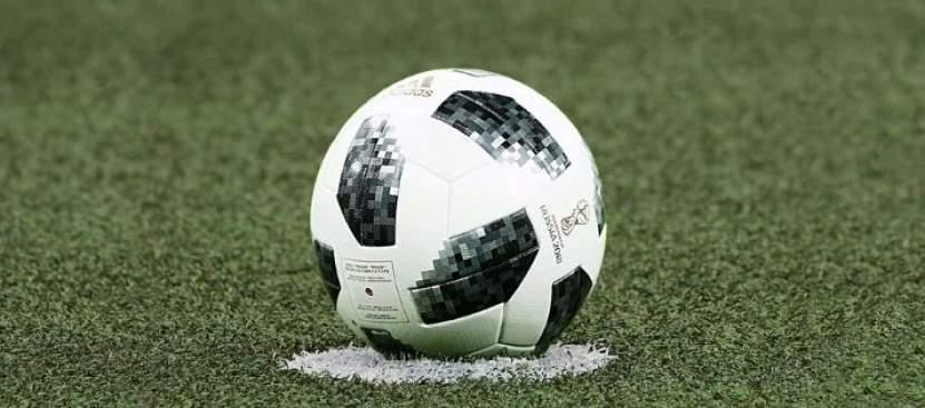 Ein Fußball liegt am Rasen