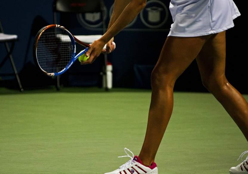 Ein Tennisspielerin steht am Platz